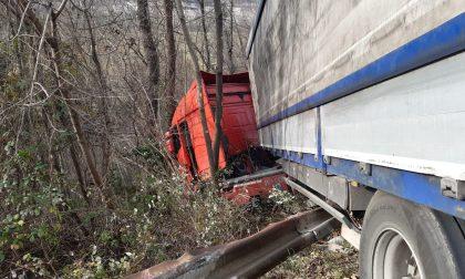 Camion sospeso sul ciglio della scarpata a Cogollo del Cengio: autista in salvo – FOTO