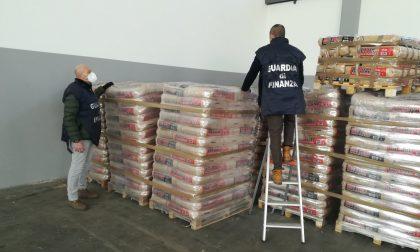 Vendita di pellet irregolare, 25 tonnellate di prodotto sequestrate in un capannone a Cassola