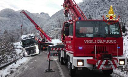 Camion in bilico a bordo strada tra Arsiero e Posina: recuperato con l'autogrù