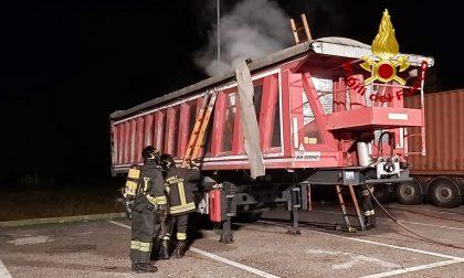 Camion carico di batterie esauste prende fuoco in una stazione di servizio
