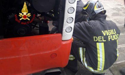 Principio d'incendio al pullman, l'autista spegne le fiamme con l'estintore