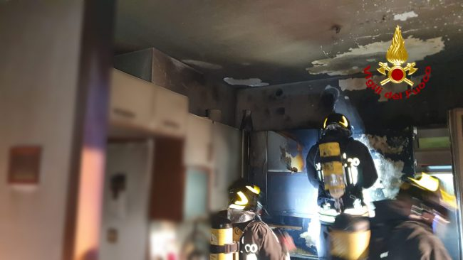 Incendio a Vicenza, palazzina evacuata: anziana in salvo - FOTO