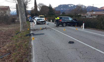 Perde il controllo dell'auto e si schianta contro un albero, carambola su un'altra vettura: 32enne ferito