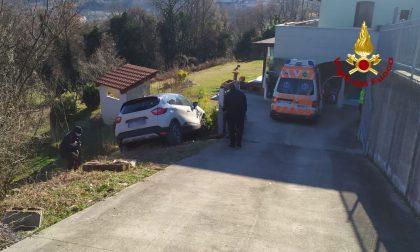 Parcheggia sul ciglio della strada ma l'auto lo travolge, morto un 69enne