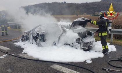Si accorgono che l'auto ha un problema, accostano in autostrada e la berlina prende fuoco