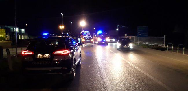 Mancata precedenza fuori dal Prix, auto finisce nel canale di scolo: due feriti e un patente ritirata