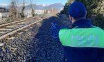 Passeggiano sui binari per farsi i selfie: treno costretto a una brusca frenata