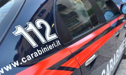 Esce dal locale barcollando e si mette alla guida senza patente, poi aggredisce i Carabinieri