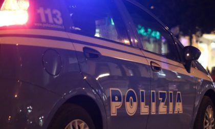 Molesta passanti e automobilisti in viale Verona