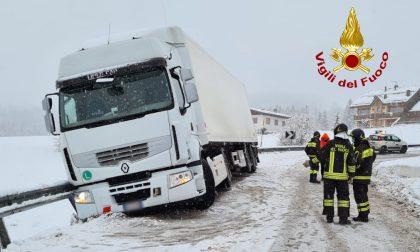 Fondo scivoloso per la neve, camion frigo bloccato: il video del recupero