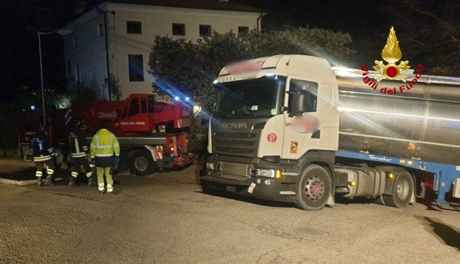 Il video del camion rimasto incastrato a Trissino