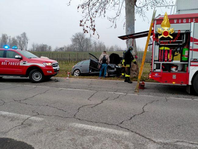 La corsa dell'auto impazzita finisce contro un albero: donna ferita a Sarego