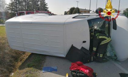 Le impressionanti foto del botto a Castegnero: ferito l'autista del furgone rovesciato