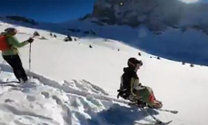 Il video dell'alpinista paraplegico in fuori pista solamente con uno sci