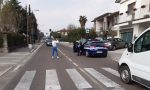 Quindicenne alla guida del motorino tampona un autofurgone incolonnato al semaforo
