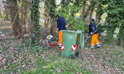 Rifiuti e resti di bivacchi, 18 per ripulire il parco Astichello