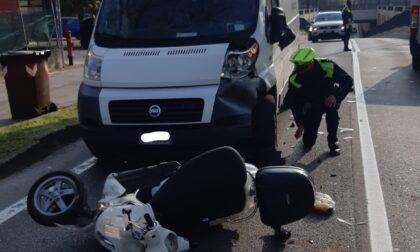 Violento scontro tra ciclomotore e furgone, un ferito e traffico a rilento
