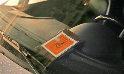 Parcheggiava negli spazi riservati ai disabili usando il permesso di una persona deceduta