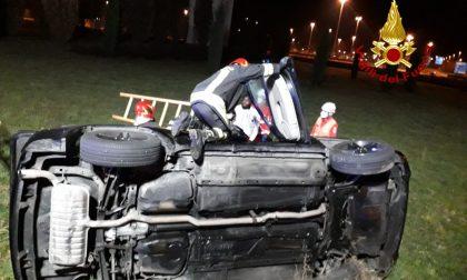 Incidente a Vicenza, auto rovesciata fuori strada: due feriti estratti dalle lamiere