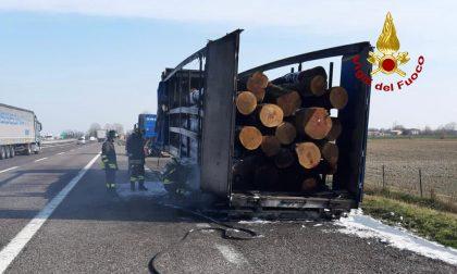 Le foto del tir carico di tronchi di legno andato a fuoco lungo l'autostrada A4