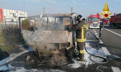 Furgone carico di volantini divorato dalle fiamme lungo l'autostrada A4