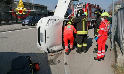 Incidente tra due auto, una si ribalta e la conducente resta incastrata
