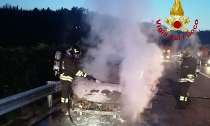 Le immagini dell'automobile divorata dalle fiamme in autostrada A4