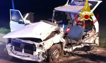 Le impressionanti foto dell'auto finita contro un platano sulla Bassanese: 26enne ferito