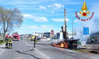 """Le foto del """"dardo"""" di fuoco sulla SR11 ad Altavilla Vicentina: traffico deviato"""