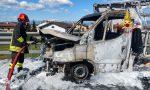 Si ferma per sostituire uno pneumatico ma il furgone prende fuoco