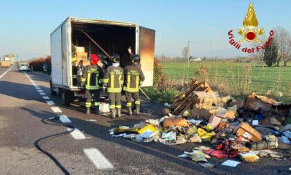 Paura lungo l'autostrada, un furgone pieno di ricambi prende fuoco