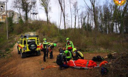 Cade in mountain bike e si teme per una gamba fratturata, interviene l'elisoccorso