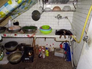 Le foto del laboratorio tessile cinese degli orrori, di fianco alle macchine dormitori senza luci e finestre