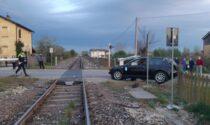 Perde il controllo dell'auto e si ribalta sui binari della ferrovia