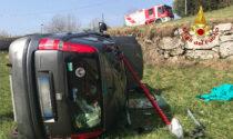 Le foto dell'auto rovesciata a Crespadoro: tagliato il parabrezza per estrarre l'autista ferito