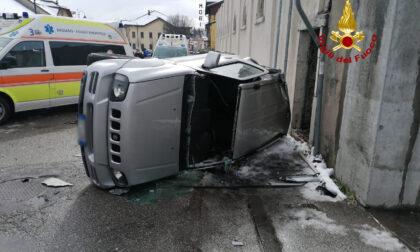 Le immagini del violento incidente tra due auto, quattro feriti