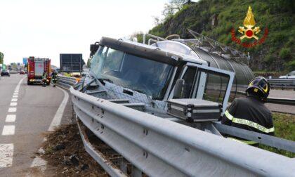 Le immagini dello spaventoso schianto in autostrada di un camion cisterna