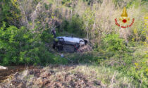 Perde il controllo dell'auto e fa un volo di sei metri, 88enne resta incastrato nella vettura