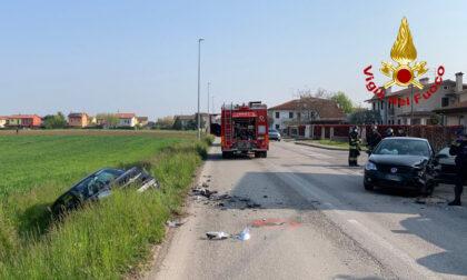 Le foto del violento frontale tra due auto: una finisce nel canale di scolo