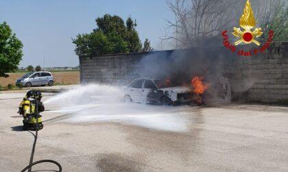 Si accorge che qualcosa non va, scende dall'auto e questa viene divorata dalle fiamme