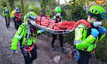 Cade in bici e si frattura il gomito, 23enne trasportata in barella per due chilometri a piedi