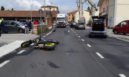 Le immagini dell'incidente tra auto e moto, 20enne di Marano finisce al Pronto soccorso