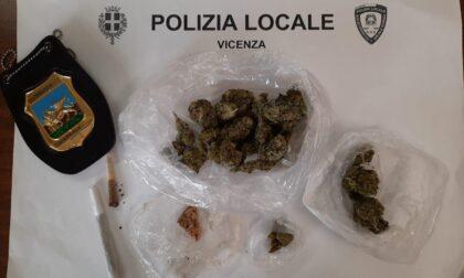 """Ragazzini """"furboni"""": per non farsi beccare nascondono la marijuana, ma è l'odore d'erba che li frega"""