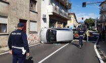 80enne al volante perde il controllo dell'auto e si ribalta