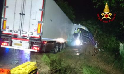 Le immagini del camion finito fuori strada: il conducente resta incastrato nella cabina di guida