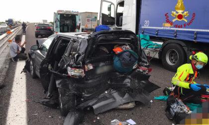 Le foto del maxi incidente in A4 tra tre auto e un camion, sei feriti e traffico paralizzato