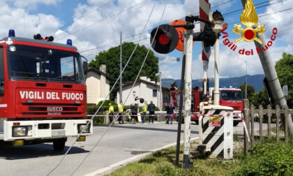 Dimentica la gru sollevata sul camion e trancia i cavi della linea ferroviaria Venezia Bassano