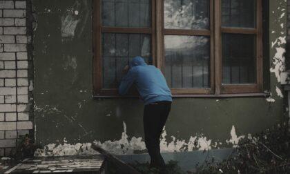 Ladro troppo ubriaco ruba monili da una casa e poi resta lì a smaltire la sbornia