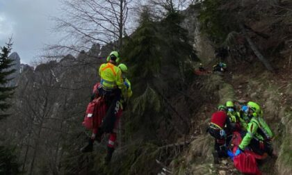 Alpinista 75enne perde l'appiglio alla corda e scivola per venti metri