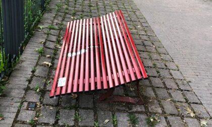 """Vandali distruggono a calci la """"panchina rossa"""" contro la violenza sulle donne"""